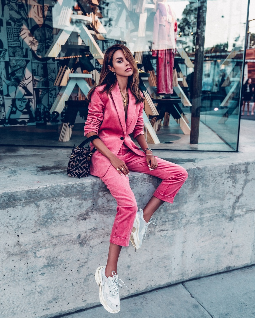 t for fall with white Balenciaga sneakers and Fendi bucket bag #pinksuit #fallfashion #casuallook #outfitidea #fashionblogger