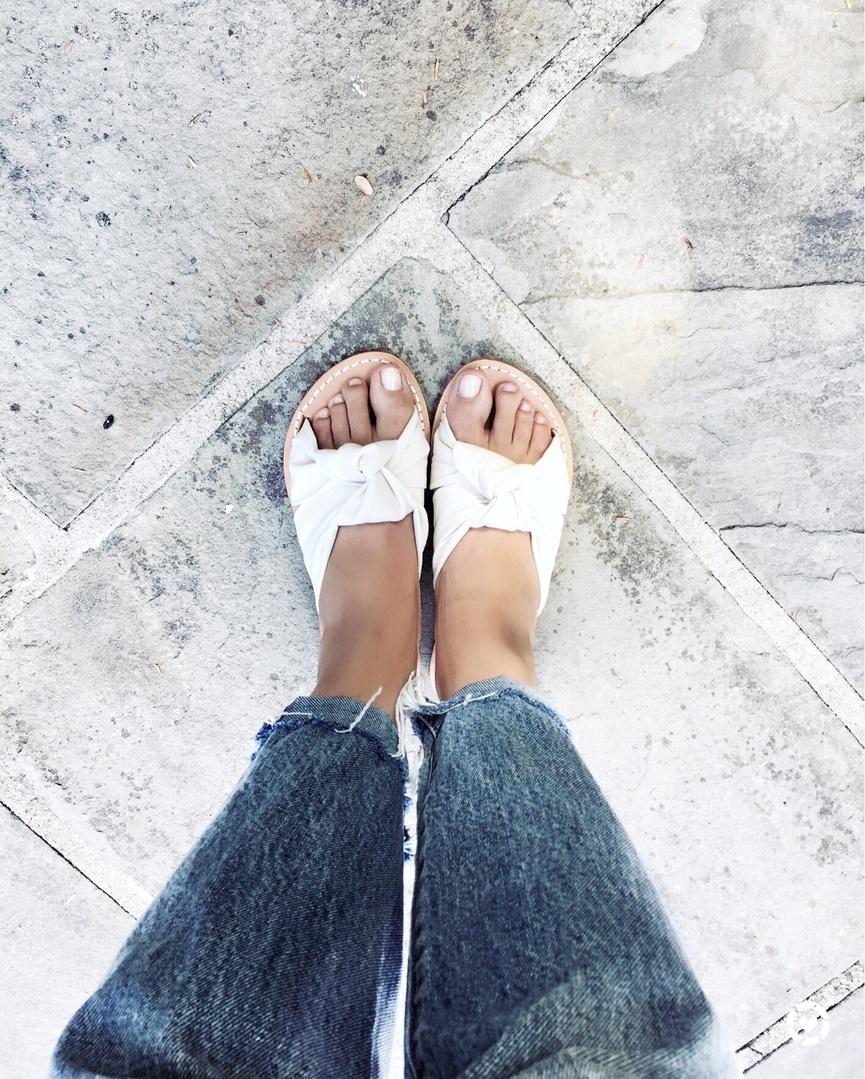 omeditstyle #theunbosom #weekendstyle #weekendinspo #Unbosomstyle #fashionblogger #casualstyle  #liveinlevis #soludos #slides