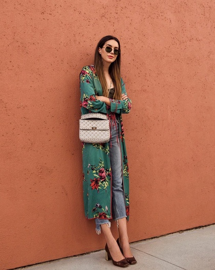 Fall florals 🌸 #wearitloveit #getthelook #lookoftheday #todaysdetails #fallfashion #ootd #mylook #fallstyle #kimono #duster #freepeople #grlfrnd #denim #florals #fallootd