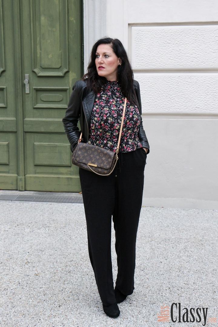 eite schwarze Hose und meine nahezu immer passende Lederjacke von Hallhuber. #fallfashion #flowerprint #leatherjacket #blouse