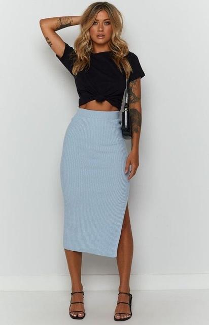 hion #WomensFashion #WomensStyle #Tshirt #blacktshirt #bluemidiskirt #midiskirt #Holiday #TrendToWatch #Ootd #Sandales #Skirt