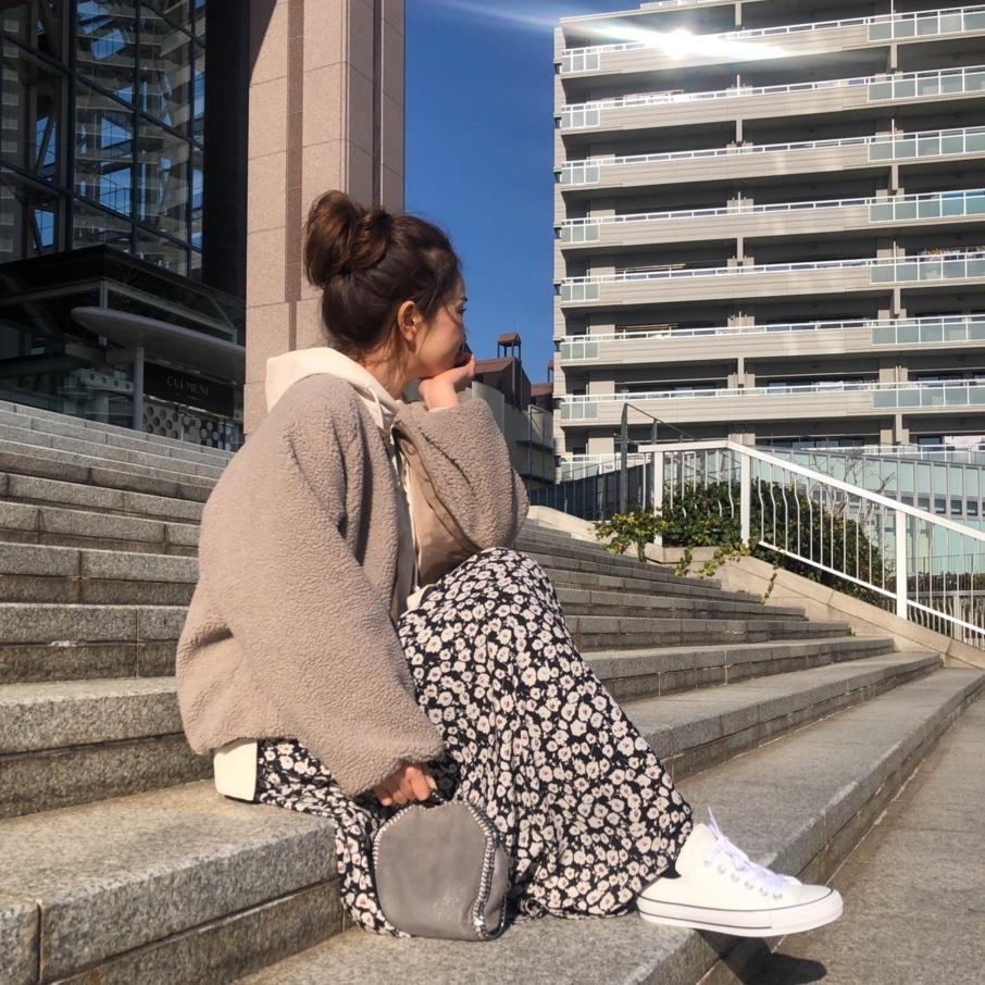 めっちゃ寒かった今日はモコモコあったかコーデ🐏🐏ﻌﻌ♥  . . outer&tops#lowrysfarm  @lowrysfarm_official  skirt#razielblue   @razielblue.official  shose#converse  . . #shopstyle #shopstylejp #sscollective #sslooksjp#pr #shopstylejp #fashiongram #ママコーデ#ootd_kob #mineby3mootd #プチプラコーデ#お団子ヘア #楽天お買い物部 #花柄スカート#ロングスカート#ボアブルゾン #フーディー