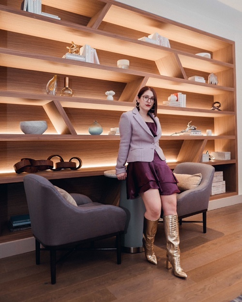 Purple monochromatic with a touch of gold. #boots #monochromatic #purple