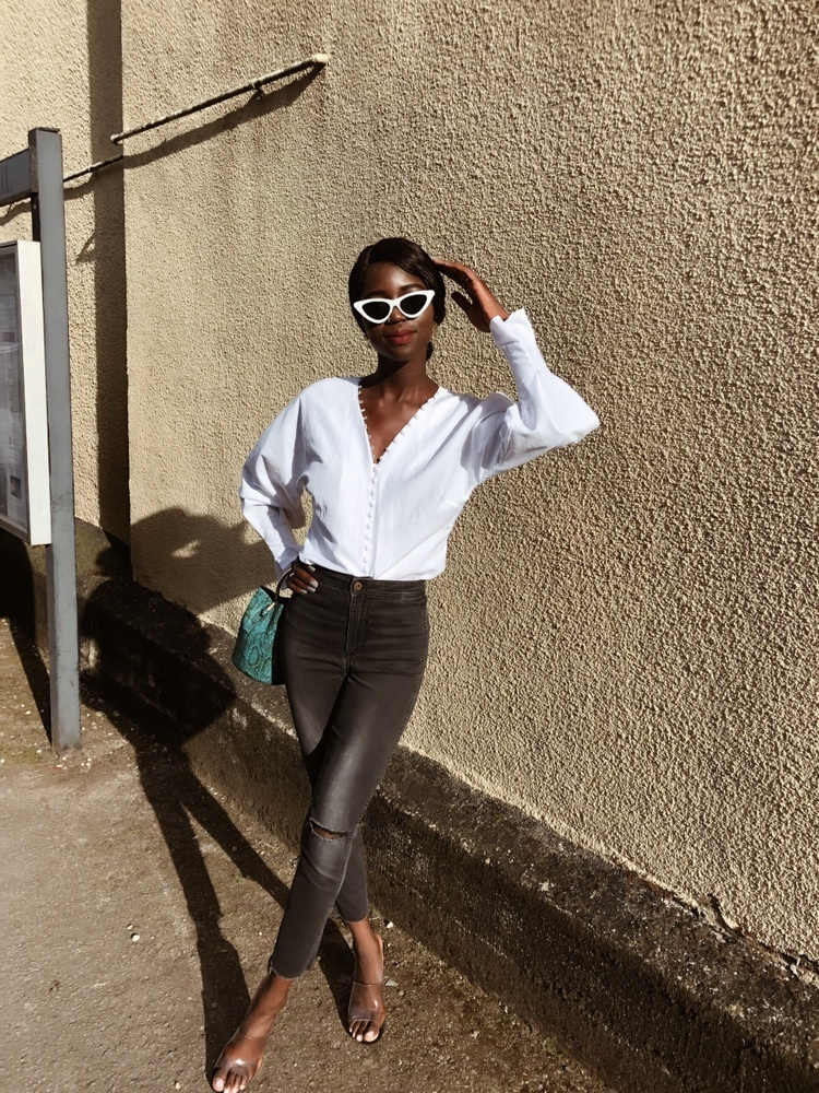 Unbothered by negativity 🤷🏾♀️ #frenchblogger #frenchfashionblogger #fashionblogger #whiteblouse #springstyle #summerstyle #casualstyle #trending #trend #cateye