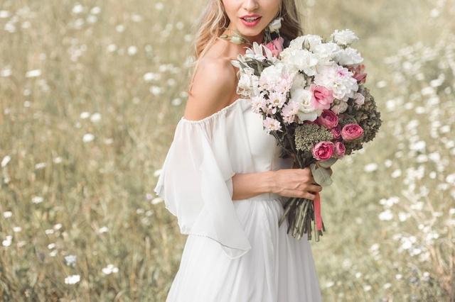 Look para celebrities y madrinas de boda en colores neutros con un punto de color en rojo   #carolina #luis #MyShopStyle