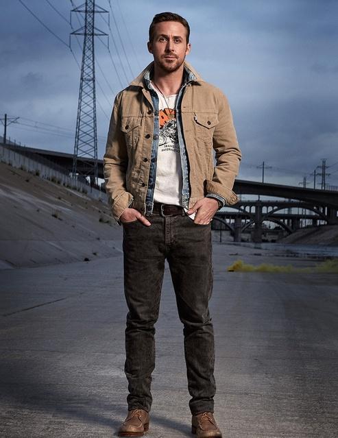 casual Райана Гослинга - это темные джинсы, футболка, джинсовая куртка и ботинки. На весну/лето идеальный вариант для мужчин.