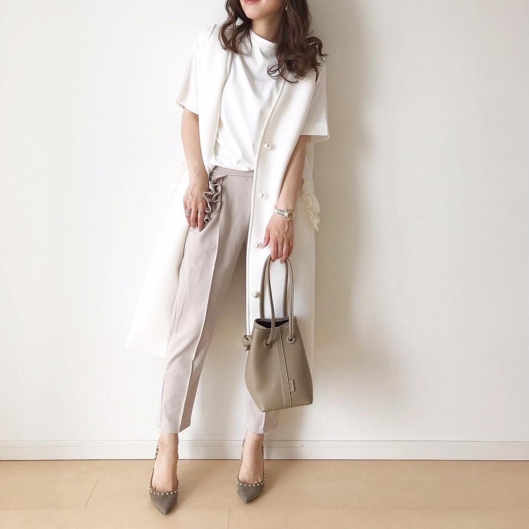 #outfit ・   大好きなニュアンスカラーコーデ♡  ・   色味はシンプルだけど、デザイン性のあるお洋服だから可愛さも♥️  ・   @myu____official は大人が着られるフリルアイテムがたくさんあって好き🥰   ・ ベストはパールボタンにポケットのフリルがすごく可愛いよ💕   ・  vest&pants...#myu_pr #myuアンバサダー @myu____official  t shirt...#arminarmjp @arminarm.aa  bag...#VASIC @vasic_japan  pumps... @shopstylejp #shopstyle #shopstylejp #pr #pellico @pellico_japan ・  #fashion #fashionpic #instafashion #instagood #instapic #ママコーデ #ママファッション #プチプラファッション #大人カジュアル #大人可愛い #r_fashion #ラクジョ #spring #春物 #春コーデ #ShopStyle #MyShopStyle