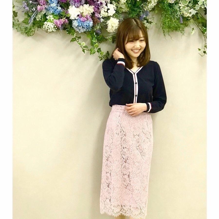 """MEW'S REFIND CLOTHESの展示会 👗🎶 ⠀ ⠀ パンツの次は、シルエットが綺麗ではきやすいMew'sのタイトスカート"""" #bbタイト """"の新作と、ラインデザインがかわいいカーディガンを試着させていただきました🎶 ⠀ ⠀ どちらのアイテムも色違いで欲しくなってしまうような素敵なカラー展開でした✨ ぜひチェックしてみてください💕 ⠀ *----*----*----*----*----* #mewsrefinedclothes #2019ss #mews #outfit #springfashion #sscollectivejp #pr #sslooksjp #shopstylejp  #ミューズootd #ミューズ2019ss #ミューズ  #ミューズリファインドクローズ #春コーデ #新作 #春ファッション #春夏コーデ #展示会 #展示会レポート #玉屋 #大人可愛いコーデ #きれいめカジュアル #キレイめコーデ  #レーススカート #タイトスカート #スカートコーデ #読者モデル #読モ #カーディガンコーデ"""