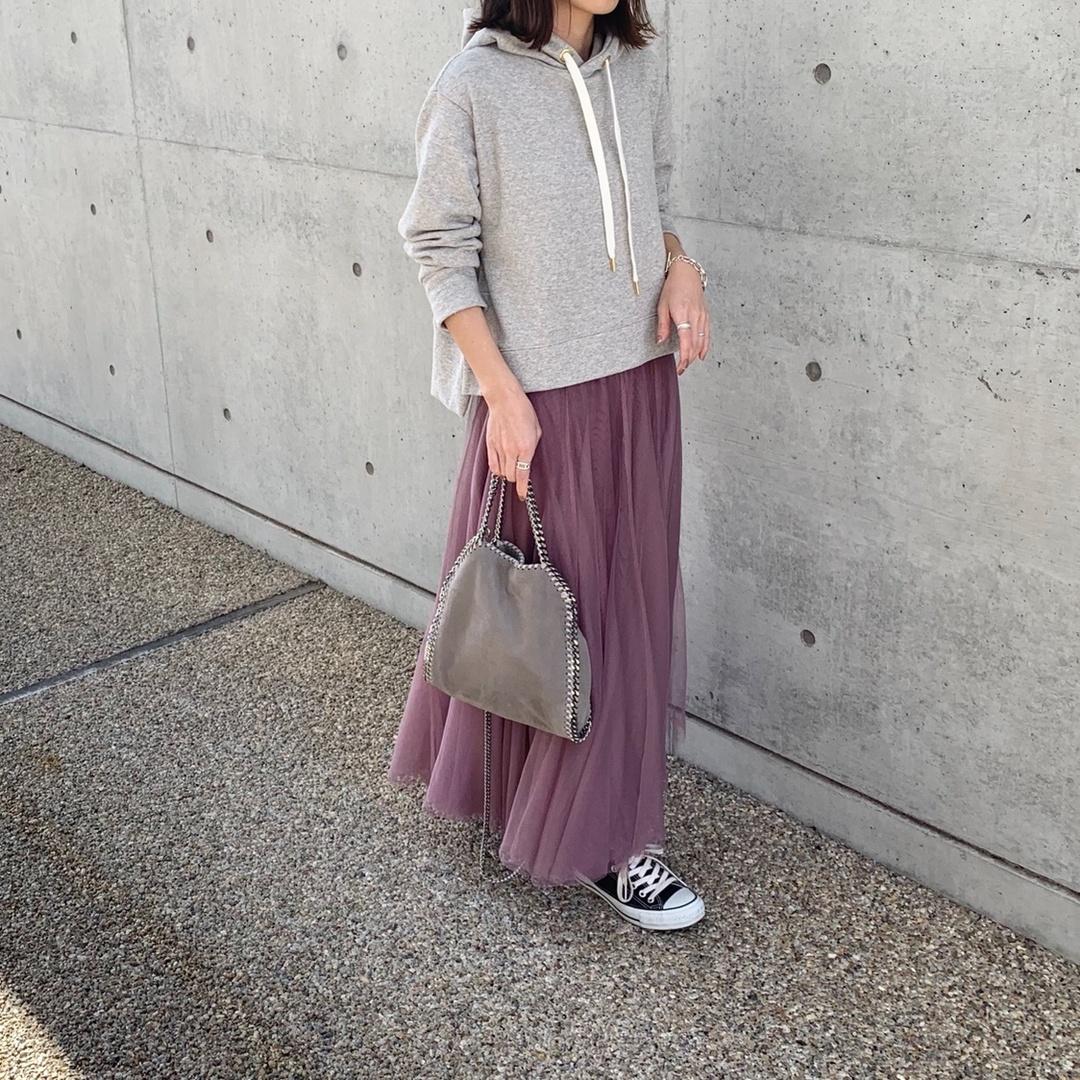 グレー × ピンク 𓆸 ・ ピンクでもダスティーピンクだから使いやすい♡ ・ パーカーはスカート合わせでしか着ないけど、パーカーにスカート合わせるコーデが大好き𓂃𓋏チュールスカートはパーカーとスニーカーを合わせて甘くなりすぎないようにカジュアルダウンします𓍯❇︎