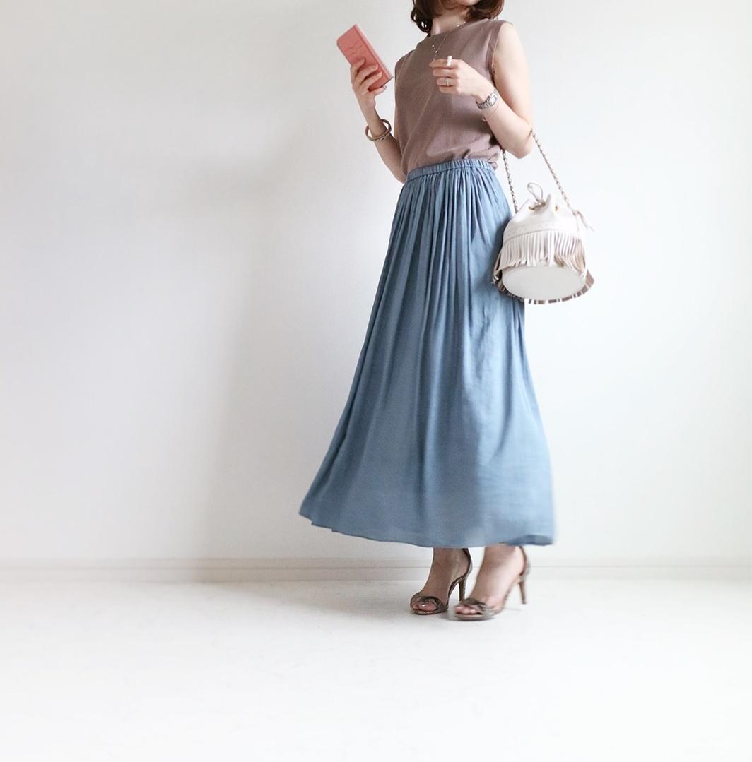 ベージュとくすみブルーのお気に入り配色♡サテンスカートは通年愛用の優秀アイテムです。 #ShopStyle #MyShopStyle #LooksChallenge #petite #sslooksjp #サンダル #sscollectivejp #shopstylist