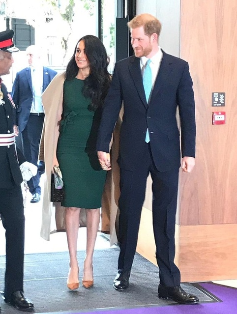at. I love this look for work or a dinner. #meganmarkle #fallcaot #fashion #greendress #workwear #style #pumps #dresses #coat
