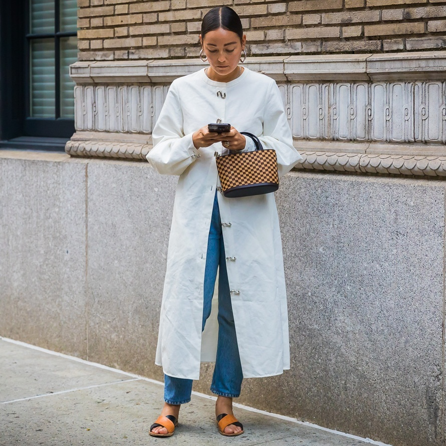 ashiontrends2018 #summerstyle #casual #casualoutfit #blazer #linen #strawbag #netbag #mules #neutrals #trenchcoat #bedazelive