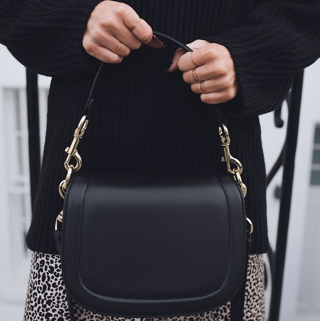 My new favourite 🖤 Taking this beautiful #andotherstories bag everywhere with me! #myshopstyle #autumnstyle #accessories