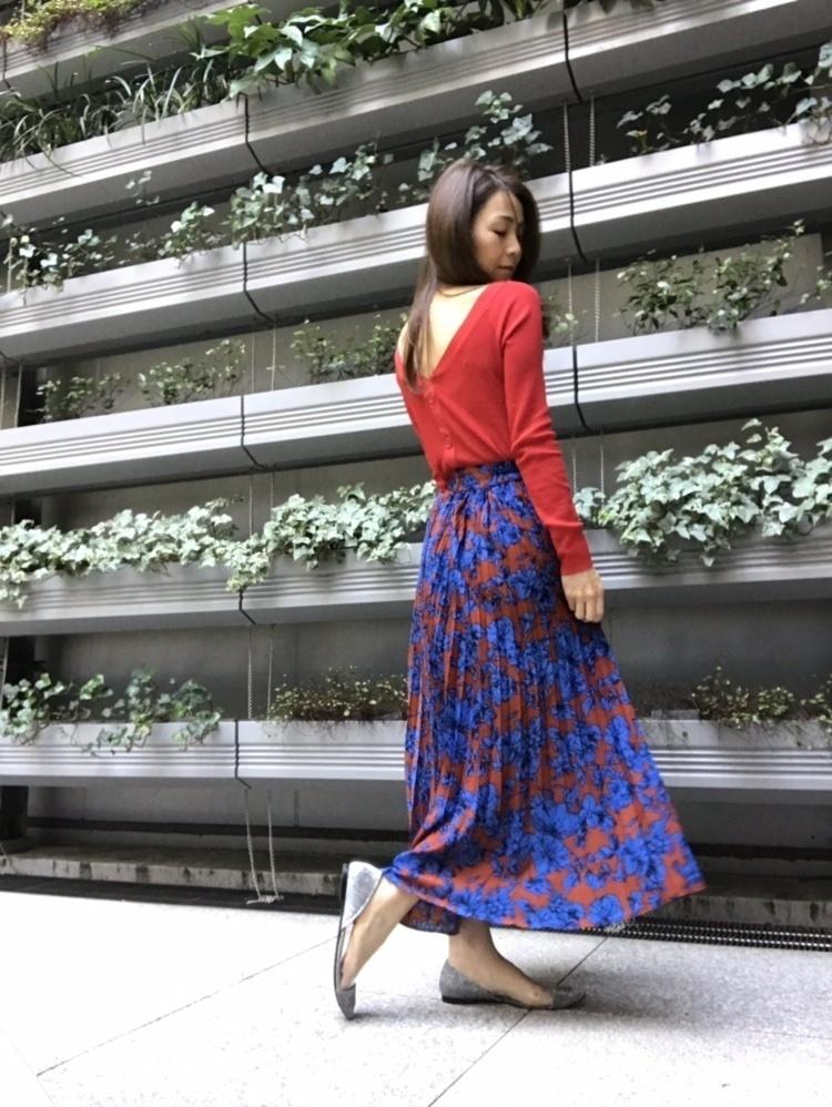 春らしく、#バックコンシャス ✌🏻. . . お気に入り❤︎ #titivate の #プリーツロングスカート  @titivatejp . . #コントラスト な ブルー×レッド の#花柄スカート . .花柄なのに花柄っぽくない色使いがまた良き💙❤️. . 動くとしなやかに揺れるプリーツが、原色の強さを和らげて#feminine に仕上げてくれる✨. . . #ShopStyle #MyShopStyle #LooksChallenge #LooksChallenge #ティティベイト #titivatestyle  #earlyspringfashion  #cordinate  #ootdfashion  #ootdshare  #ootd_kob  #locari  #プリーツスカート  #ママコーデ #プチプラコーデ  #大人女子 #大人カジュアル #お洒落さんと繋がりたい  #ハンサム女子  #simplelove  #アラフォーコーデ  #プチプラファッション#ContributingEditor
