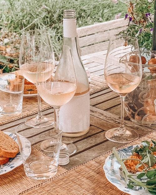 hus #summerwines #winepic #beachhouselife #torotrieswine #akituwine #nzpinot #southisland #southsea #homebythesea #portsmouth