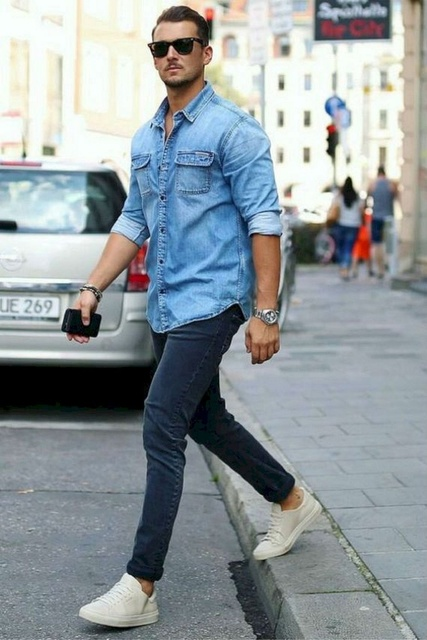 Разнообразьте повседневный гардероб модной джинсовой рубашкой.