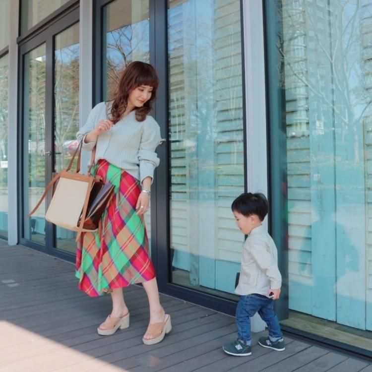 こないだのお洋服♡ずっと欲しかった【EMMEL REFINES(@emmelrefines )】のスカートをGET♡かなり派手なチェックだけど、店員さんに似合うと言われてGETしてしまった♡トップスは、息子とゆるーくリンクさせてみました♡ ∵ コーデの詳細は、プロフィールのURLからチェックしてみてください♡ ∵ ∵ #sscollectivejp #sslooksjp #shopstylejp #pr #ファッション #fashion #お買い物 #shopping #EMMELREFINES #チェックスカート #リンクコーデ #netstar #ママコーデ #ママファッション #大人ファッション #30代コーデ #大人可愛い #ミヤマリ #vocest #vocemagazine #美容ブロガー #インフルエンサー #ヘアアレンジ #ママ #男の子ママ #mamagirl #おしゃれさんと繋がりたい